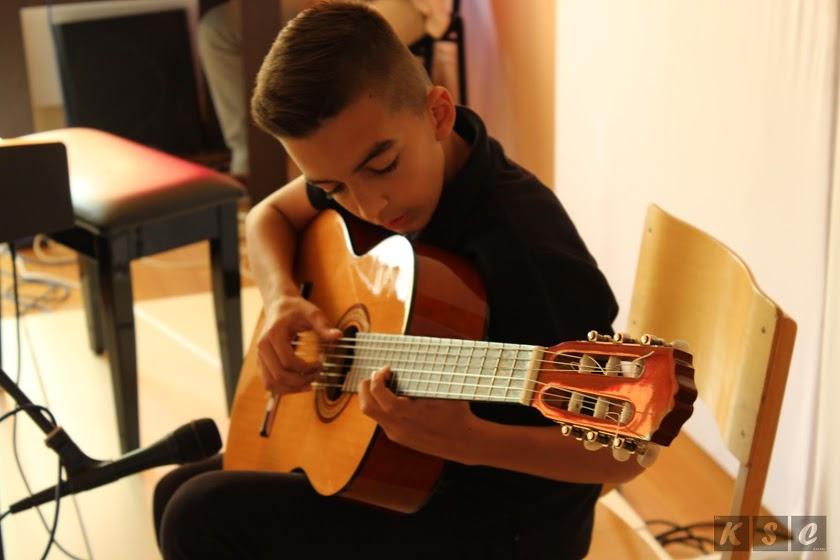 Učlani se u Muzički centar koji djeluje u sklopu JU KSC Kakanj: U 2017. godini MC radio kroz program časova gitare i klavira