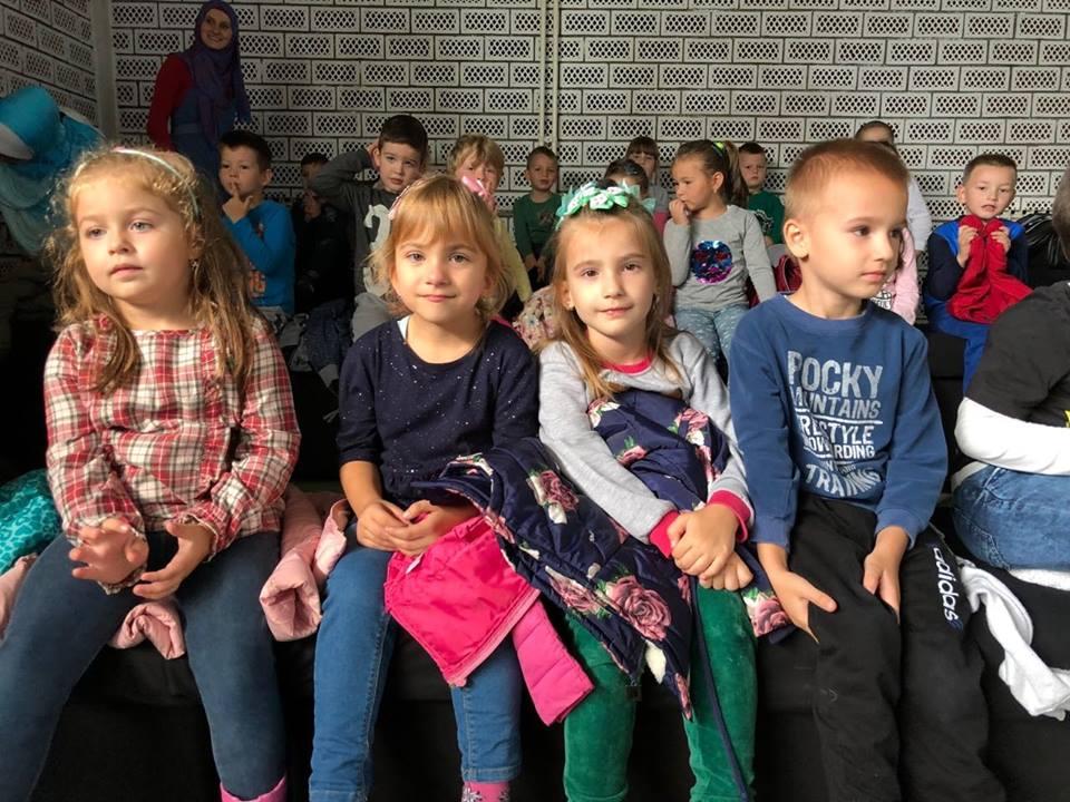 """Više od stotinu mališana danas učestvovalo u projektu """"3 časa u JU"""" – Upriličen čas kuglanja i odigrana pozorišna predstava """"Dr. Dolittle"""""""
