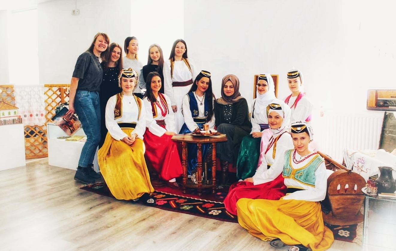 """Učenice Gimnazije """"Muhsin Rizvić"""" u Muzeju Kaknja snimaju film za takmičenje koje organizuje Institut Yunus Emre Sarajevo"""