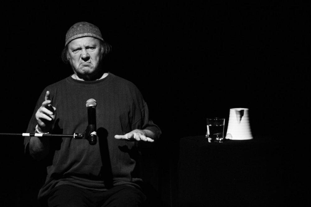Predstava 'Međuigre 0-24' Zijaha Sokolovića o besmislenosti i manjku logike ljudskog djelovanja u Domu kulture Kakanj 13. februara